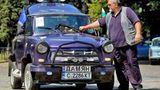 Ein bulgarischer Trabantfahrer überprüft sein Auto während einer Sitzung des Trabant Vereins in Bulgarien/ Sofia, im Juli. Mehr als 40 Trabis waren dort, um anlässlich des Geburtstages des Kultautos zu feiern, das füher auch in andere kommunistische Länder exportiert wurde