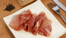 Echter Schinken enthält mehr Fleisch-Eiweiß und weniger Fremdwasser als billiges Schinkenimitat