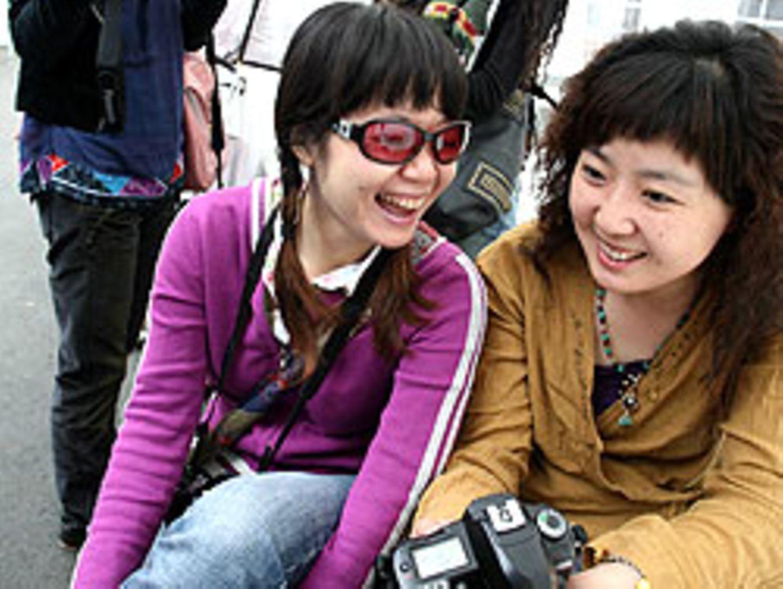 Junge Chinesinnen fotografieren in den Kasseler Gottschalk-Hallen ihre Eindrücke der documenta