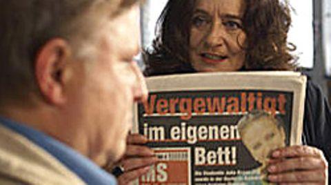 Staatsanwältin Wilhelmine Klemm (Mechthild Großmann) konfrontiert Hauptkommissar Frank Thiel (Axel Prahl) mit der Skandalschlagzeile der Zeitung