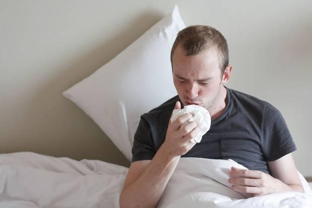 Ein Mann leidet an einer Erkältung