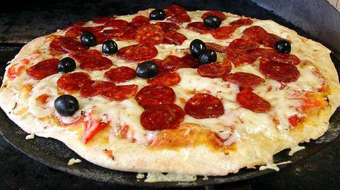 Kalorienbombe Pizza: Je mehr Kalorien ein Lebensmittel pro Gramm liefert, desto mehr Kalorien nehmen wir zu uns, bis der Magen voll ist
