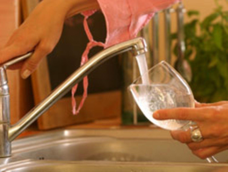 Den Wasserhahn aufdrehen, ein Glas darunter halten und trinken - für Osloer war dies in den vergangen Tagen gefährlich. Im Trinkwasser wurden Parasiten entdeckten