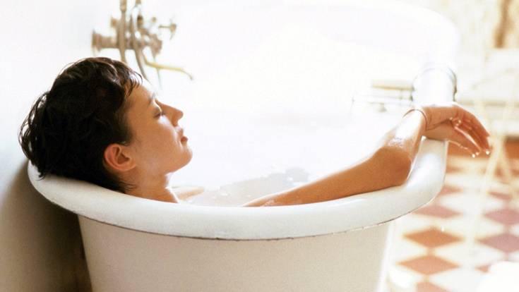 Keine Panik bei akutem Kreuzweh! Meist sind Rückenschmerzen harmlos. Beruhigen Sie die Leidgeplagte mit ein paar aufmunternden Worten. Und lassen Sie ihr ein warmes Bad ein. Das entspannt.
