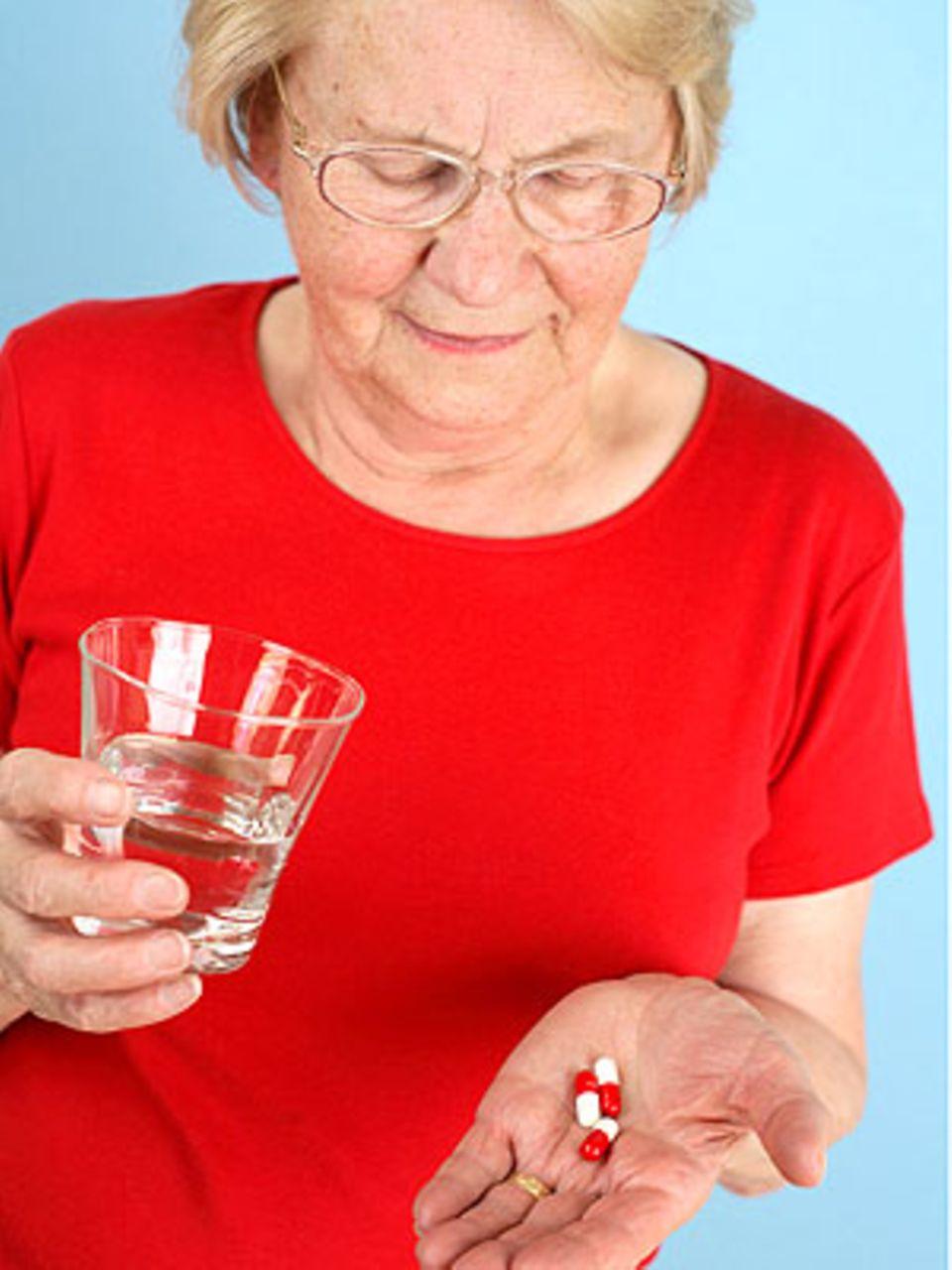 Von all dem Medikamenten-Unheil ist vor allem eine Bevölkerungsgruppe gebeutelt: die Älteren