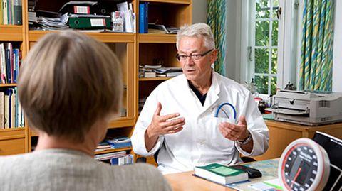 Der Arzt hört dem Patienten nicht zu, nimmt sich zu wenig Zeit für ihn und besitzt zu wenig Einfühlungsvermögen - so sieht der Alltag in deutschen Praxen oftmals aus