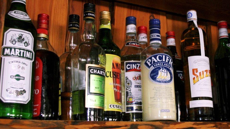 Nach dem Willen der Drogenbeauftragten Sabine Bätzing sollen künftig besondere Etiketten auf Alkoholflaschen vor dem Alkoholmissbrauch warnen