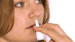 Sprays und Tropfen machen kurzfristig die Nase frei, schaden aber auf Dauer