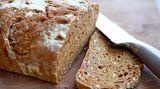 """Vollkorn heißt, das Brot enthält kleine Anteile an ganzen Körnern. Die Bezeichnung """"Vollkornbrot"""" garantiert mindestens 90 Prozent Vollkornanteil im Mehl. Also wundern Sie sich nicht, wenn manchmal angegeben ist, dass der Vollkornanteil beispielsweise 55 Prozent beträgt - und nicht 90 Prozent. Brot besteht auch aus anderen Zutaten, etwa Wasser. Die 90 Prozent beziehen sich nur auf das Mehl, nicht auf das Gesamtprodukt"""