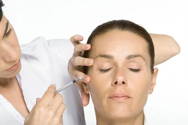 Botox ist einer der bekanntesten Faltenglätter. Ärzte spritzen das Gift in die Muskeln des Gesichts, um sie ruhig zu stellen.