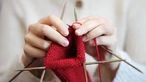 Egal, ob Sie im Garten Unkraut zupfen, einen Pullover stricken oder Unterlagen kopieren: Verharren Sie nicht zu lange in einer Position. Wenn möglich, gönnen Sie sich bei allen einseitigen körperlichen Tätigkeiten nach 20 bis 30 Minuten eine Pause. Besser noch: Strecken und dehnen Sie sich zwischendurch.