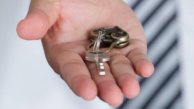 Der letzte Akt eines jeden Mietverhältnisses: die Schlüsselübergabe an den Vermieter