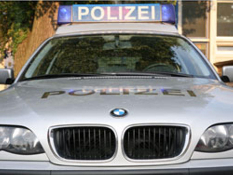 """Ein silbernes Fahrzeug mit dem Schriftzug """"Polizei"""": So ähnlich soll der Wagen der angeblichen Polizisten ausgesehen haben"""