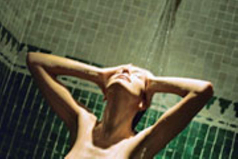 Beim Duschen können sich Bakterien über die feinen Wassertropfen verbreiten