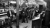 """Die Fotos bleiben der Nachwelt erhalten - das Café Lehmitz an der Reeperbahn 22 musste dem unaufhaltbaren """"Fortschritt"""" weichen. 1987 wurde es abgerissen."""