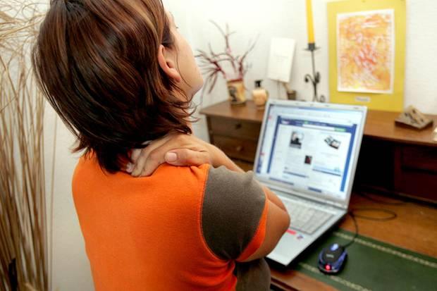 Lange vorm Computer gesessen? Dabei kann die Nackenmuskulatur verkrampfen