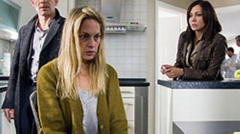 Andreas Keppler (Martin Wuttke) und Eva Saalfeld (Simone Thomalla) verhören die Ehefrau des Mordopfers (Sophie von Kessel)