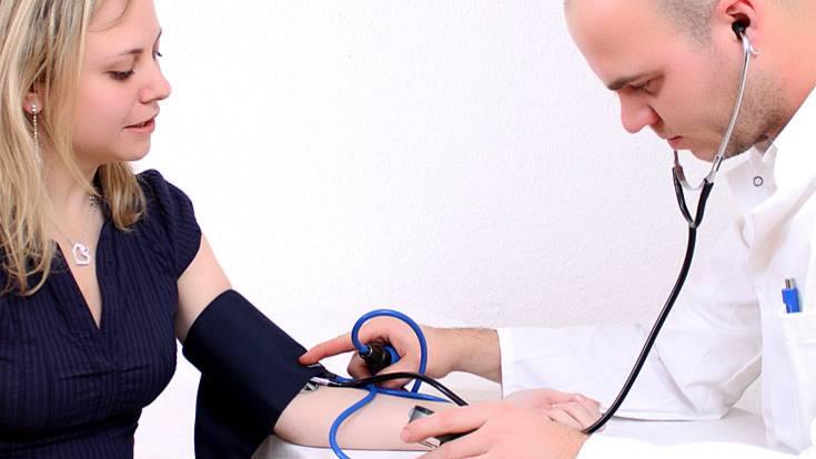 Lassen Sie sich bei jedem Besuch in der Praxis den Blutdruck messen. Liegt Ihr Wert über 140 zu 90, ist er zu hoch. Ein zu hoher Blutdruck schadet auf Dauer Ihren Nieren und ist ein Risikofaktor für Herz-Kreislauf-Erkrankungen