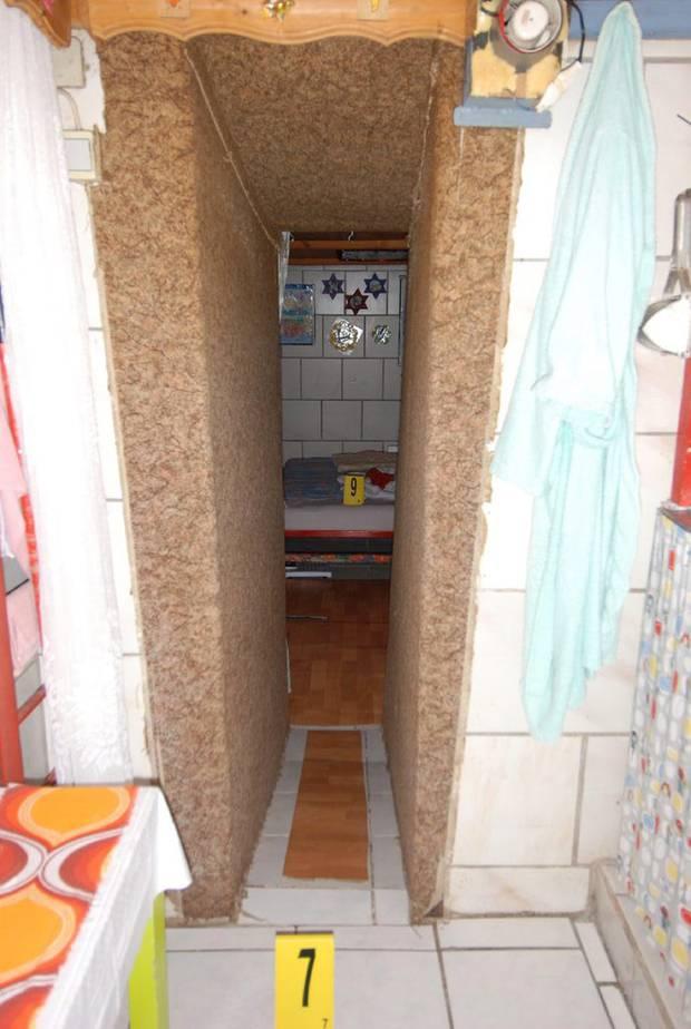 Ein schmaler Durchlass führt in eines der Schlafzimmer. Erst 1993 erweiterte Fritzl den Kerker um den hinteren Trakt.