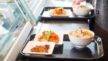 Mittags, halb eins in Deutschland: Viele Arbeitnehmer essen in der Kantine