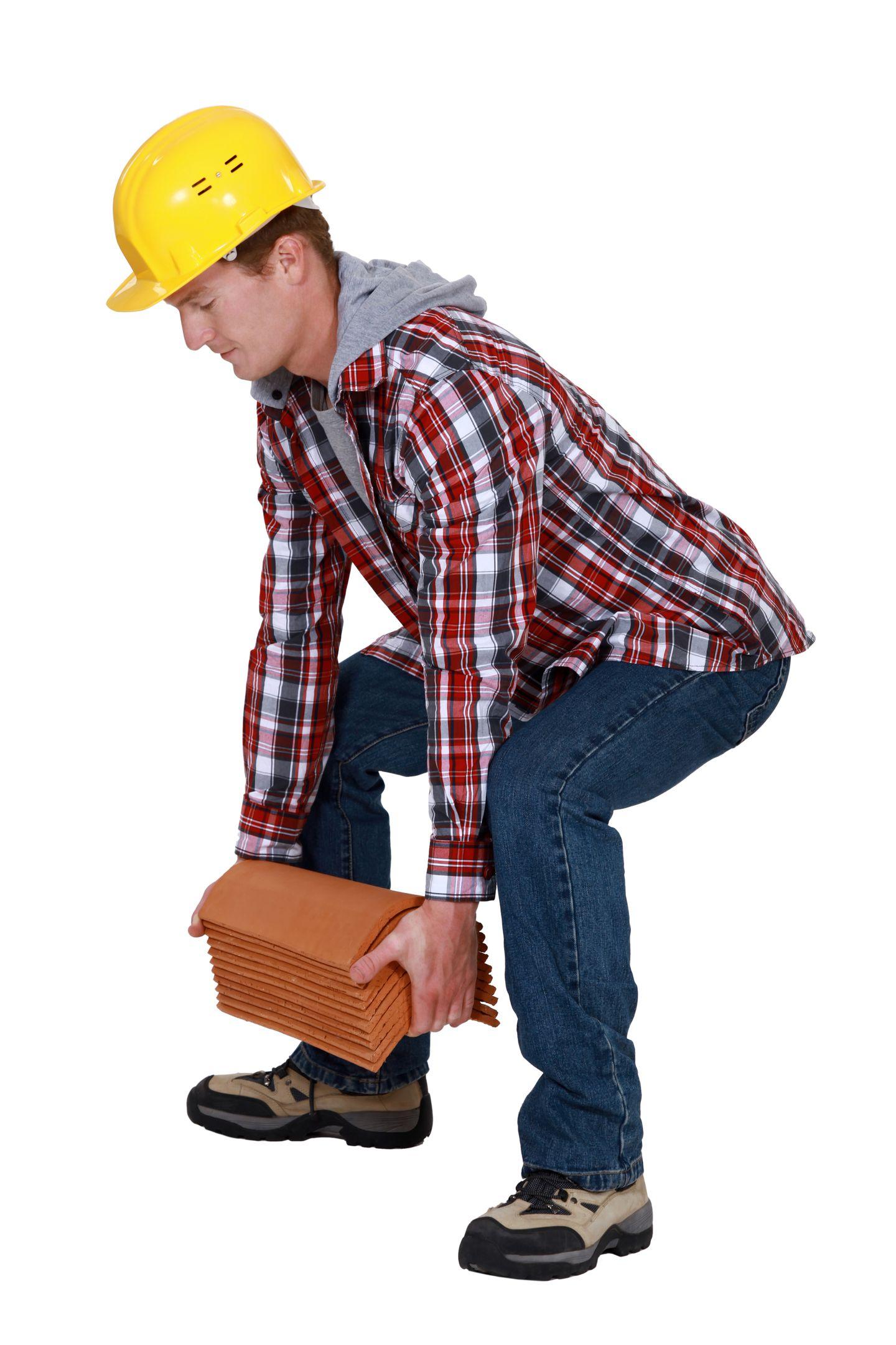 Heben Sie mit geradem Rücken! Das geht so: Sie stellen sich möglichst nah an den schweren Gegenstand und gehen dann in die Hocke. Aber beugen Sie die Knie dabei nicht mehr als 90 Grad. Dann heben Sie die Last aus den Knien heraus. Der Rücken bleibt gerade. Wenn Sie die Last wieder auf den Boden stellen, geht es genau umgekehrt - erst in die Hocke, dann absetzen.