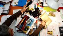 Irgendwo zwischen Rechnungen, Notizzetteln und anderem Schreibtischgerümpel finden sich die gesuchten Unterlagen