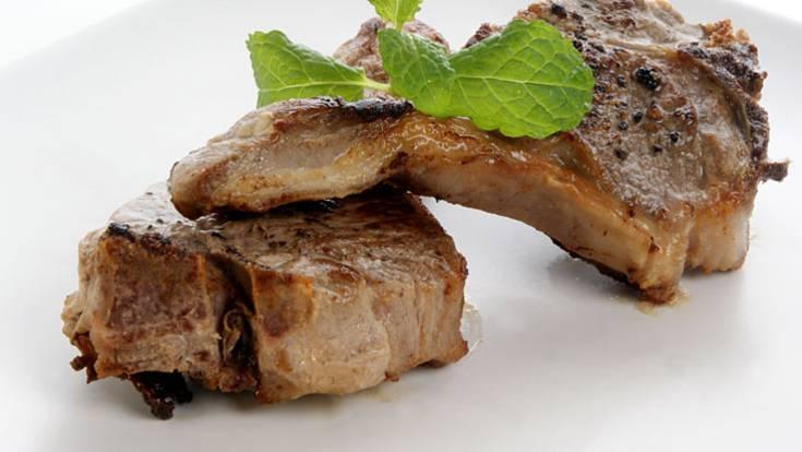 Mit zwei bis drei eiweißreichen Mahlzeiten pro Tag können Sie gut Ihren Eiweißbedarf decken. Dafür eignen sich mageres Fleisch, Geflügel, Fisch, fettarme Milchprodukte und Eier. Eine Portion kann aus 85 Gramm dunklem Fleisch oder Geflügel, aus 150 Gramm Fisch oder 125 Gramm Hülsenfrüchten, Getreide oder Vollkornflocken bestehen.