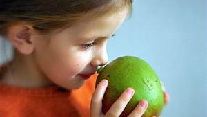 Mädchen mit Mango: Wenigstens ein wenig Obst oder Gemüse probieren