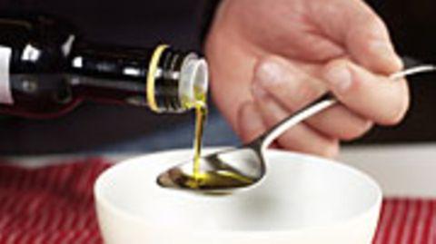 Für den Salat eignet sich jedes Rapsöl, zum Braten sind eher die nativen Öle geeignet