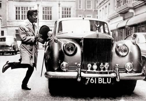Samy Davis springt fröhlich zu seinem Rolls Royce, als er 1963 im Rahmen einer einwöchigen Tour durch England einen Auftritt im Liverpooler Empire Theater hat
