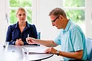 Eine Mediationssituation: Ein Vermittler kann Familien gerade bei heiklen Situationen helfen - wie bei Diskussionen über das Vererben