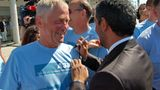 Nicht nur Tom Enders, auch seine Hoheit Scheich Ahmed bin Saeed Al Maktoum schreibt den Airbus-Werksangehörigen vor der Pressekonferenz mit dem Filzstift Autogramme auf ihre hellblauen T-Shirts