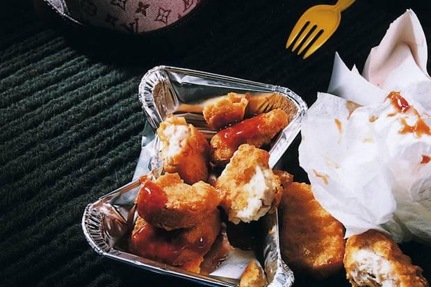 Esssucht ist eine echte Sucht: Mit Genuss oder ungezügelter Lust am Essen hat die Binge-Eating-Störung nichts zu tun