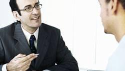 Ruhig bleiben, nur im Büro reden: Für Gehaltsverhandlungen mit dem Chef ist eine professionelle Einstellung wichtig