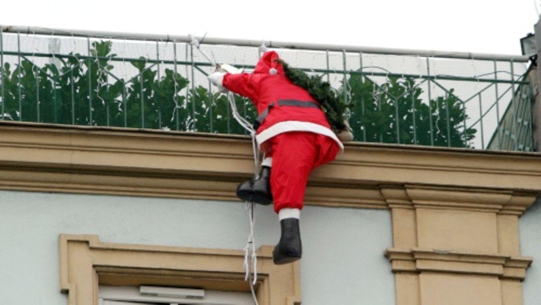 Nicht jeder findet einen am Haus baumelden Weihnachtsmann toll