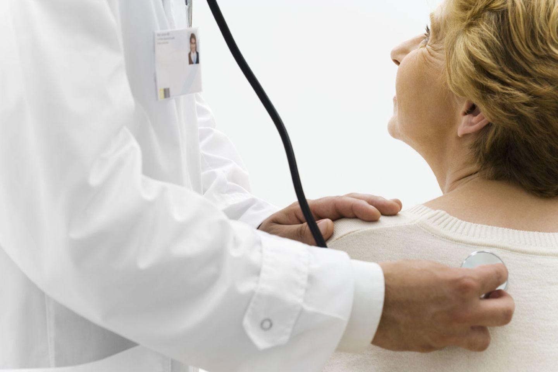 Mit einem Stethoskop kann der Arzt Ihr Herz und Ihre Lunge abhören