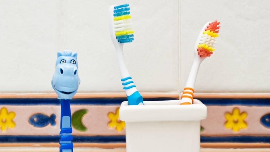 Lassen Sie Ihr Kind unter den in Frage kommenden Modellen selbst eine Zahnbürste aussuchen. Dann macht das tägliche Zähneputzen mehr Spaß.