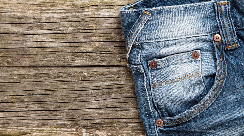 Unbedenklich auf der Haut? Jeans im Alltagseinsatz
