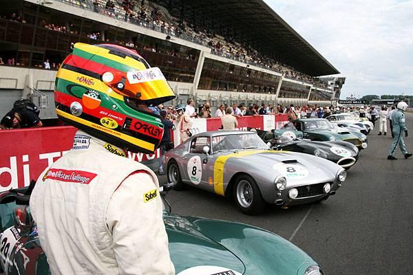 """Es ist ein Schaulaufen der Rennwagenlegenden: Vier Wochen nach dem regulären 24-Stunden-Rennen haben die Wagen von einst ihren großen Auftritt auf der Circuit de la Sarthe: Vor über 80.000 Zuschauern gingen bei den """"Le Mans Classics"""" 400 Fahrzeuge aus 77 Jahren Rennsportgeschichte an den Start"""