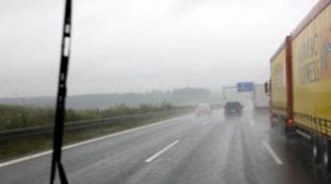 Bei zu starkem Niederschlag sollte man den nächsten Parkplatz ansteuern und auf Besserung warten