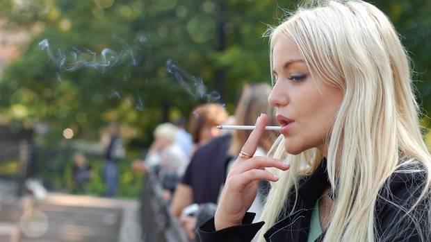 Rauchende Zigaretten der Muttertochter