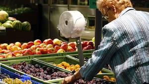 Frau auf dem Markt: Lage von Nahrungsquellen einprägen