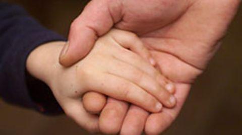 Ob homosexuelle Paare ebenso Kinder adoptieren dürfen wie heterosexuelle, sorgt für Diskussionen