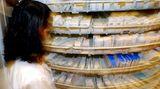 Wenn Sie Milben in Ihrer Wohnung festgestellt haben, können Sie die ungeliebten Mitbewohner mithilfe von Chemikalien wie Benzylbenzoat töten oder ihren Kot unschädlich machen. Auch dieses Mittel gibt es in der Apotheke. Die Pulver, Sprays oder Schäume verhindern, dass die Milben sich erneut ausbreiten