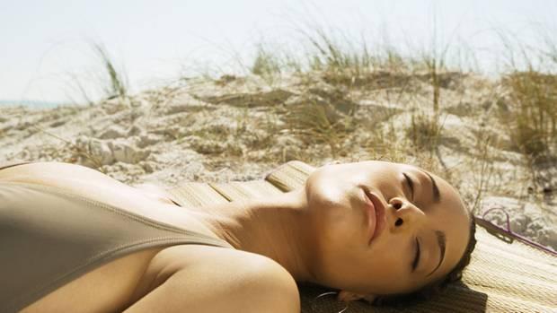 Sonne, Fisch und Brausetabletten: Im Sommer kann der Körper seine Vitamin-D-Bestände auch beim Nichtstun auffüllen