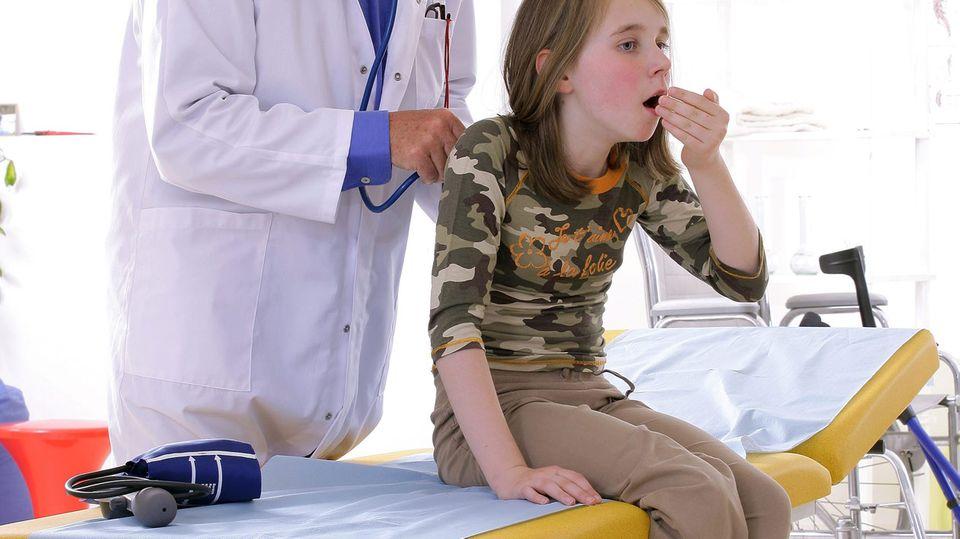 Was nach oben kommt, kann Ihr Kind ruhig schlucken - dem Magen schadet's nicht