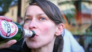 Mädchen mit Bier: 52 Prozent der weiblichen Jugendlichen gaben an, mindestens einmal im Monat Bier zu trinken. 2004 waren es 32 Prozent