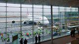 """Die A380 ist da  In Paris richten sich alle Blicke auf den neuen Airbus. Der erste """"trois-quatre-vingt"""" ist nach der Montage in Toulouse mit dem Umweg über Hamburg endlich in der französischen Hauptstadt gelandet. """"Viele von uns hatten beim Abheben feuchte Augen"""", sagt die Flugbegleiterin Nicole Jollet beim Verabschieden. Sie ist begeistert von ihrem neuen Arbeitsplatz. """"Isch liebe this plane."""""""