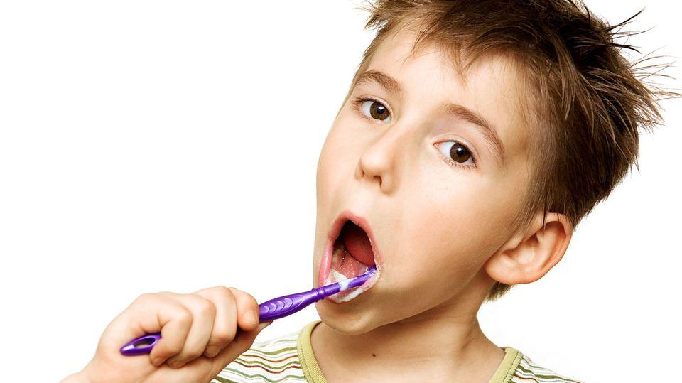Die ersten Zähne kommen etwa sechs Monate nach der Geburt - und nicht ohne Geschrei