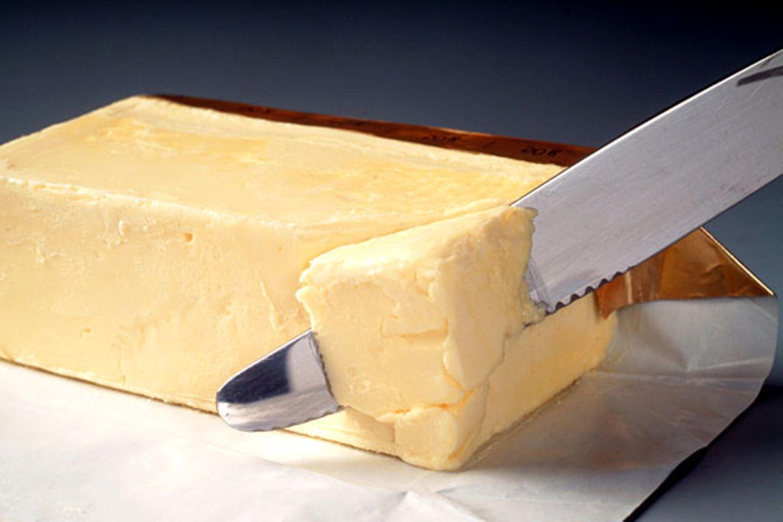 Butter: Günstiger    Damit wird das Frühstück wieder ein bisschen billiger: Die Butter kostet im März dieses Jahres 18,7 Prozent weniger als vor zwölf Monaten. Ingesamt stiegen die Preise für Nahrungsmittel im vergangenen Jahr um nur 0,2 Prozent